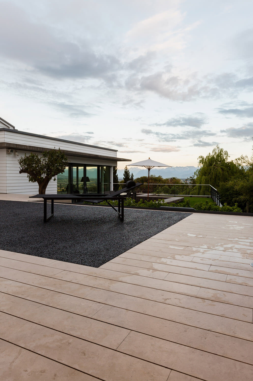terrassenbelag in outdoor wellnessanlage mit pool. Black Bedroom Furniture Sets. Home Design Ideas